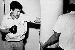 قدرت ضربات مشت چپ بروس لی به حدی زیاد بود که فردی که در مقابل کیسه آویخته شده می ایستاد چند متر به عقب پرتاب می شد!